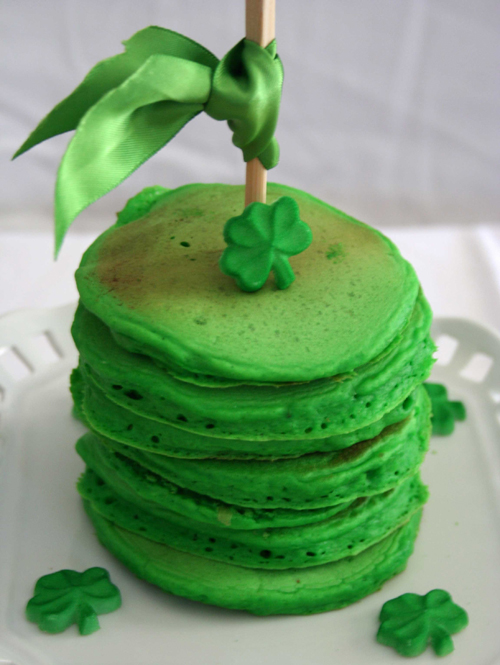 Start the day off right with just a little food coloring in your pancakes to make them green! How cute! St. Patty's Day brunch anyone?!