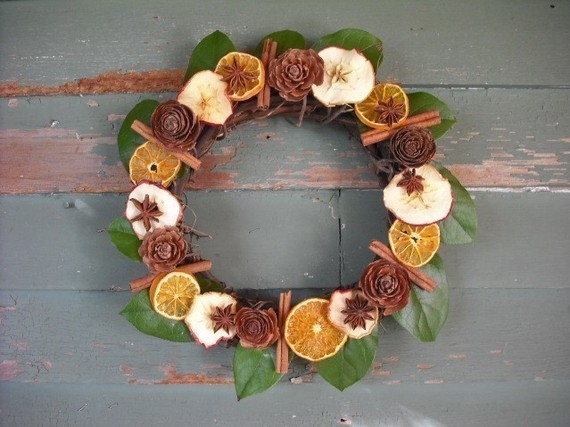 Love this modern holiday wreath that is actually going to make your house smell amazing!